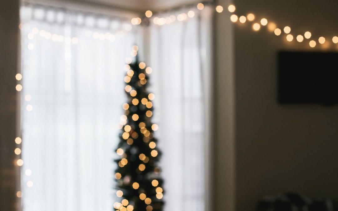 decoración de una habitación con luces navideñas